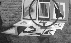 Installazione con opera in metallo e disegni