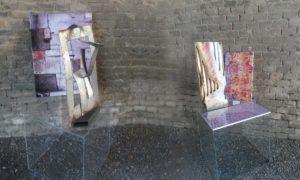 Due installazioni con opere in diversi materiali